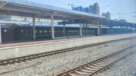 西局安段HXD2牵引8361车底进入安康站