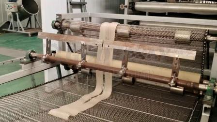 挤出自熟式粉条机,出粉后自动冷却切割,后续放入冷库冷冻