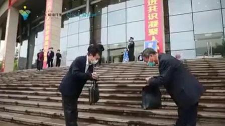 两会决定:以后见面行中国礼,男左手在前,女右手在前,不再握手