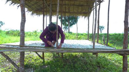 女孩建造一个小竹屋独自在野外露营