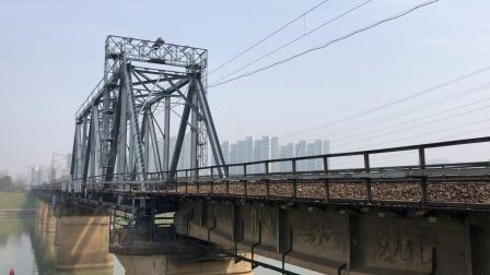 单机 51043次 HXD1B030 通过京广线K1562KM长沙浏阳河铁路大桥
