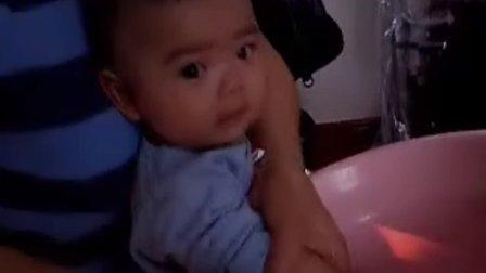 【四个月大】10-11爷爷奶奶给哈哈洗脸洗手