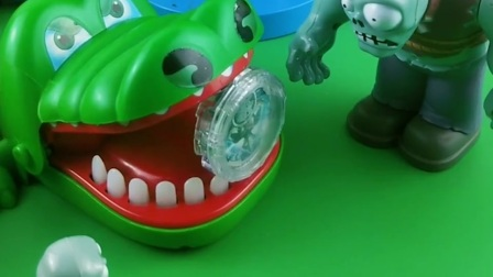 鳄鱼要吃小朋友,僵尸不让鳄鱼吃,小鬼看有奥特曼的东西赶快拿过来