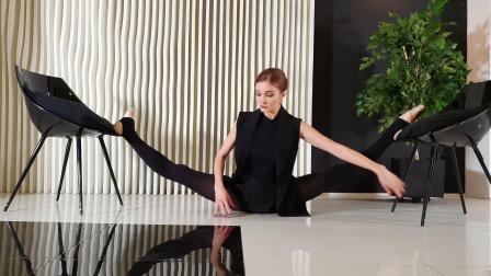 软功柔术 一字马 Ballerina does splits on chairs.mkv