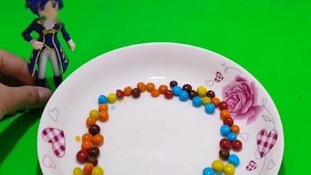 白雪公主想看彩虹,王子用彩虹糖果给他做出来,白雪太喜欢了