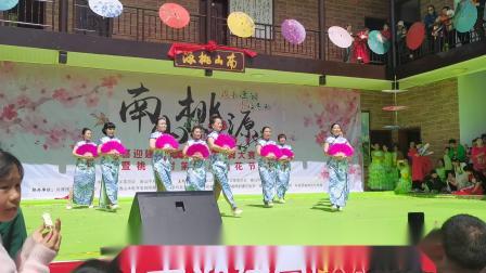 旗袍秀《人间第一情》。南山桃花节