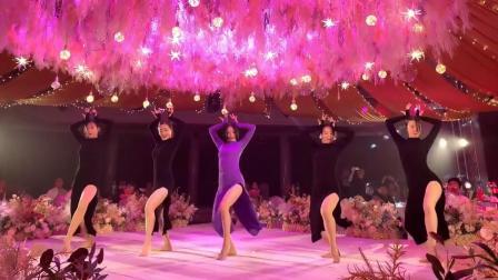 """【《""""紫衣新娘""""婚礼上带伴娘团跳舞,这火辣舞姿太吸引人了!瞬间惊艳全场!》】"""