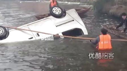 [拍客]实拍江西贵溪校车落水现场 11名儿童死亡