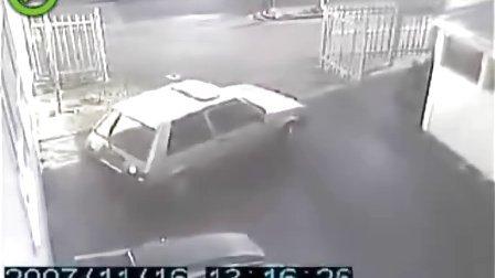 各种美女和汽车的意外杯具视频-7