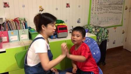 【6岁】11-2哈哈跟妈妈一起表演英文儿歌《i can draw》IM_4054
