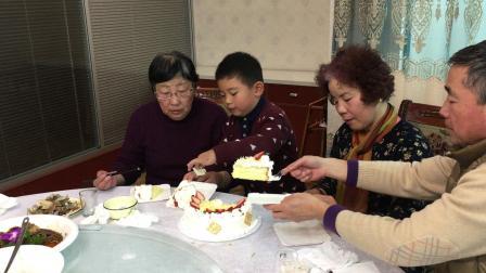 【快7岁】3-3哈哈给奶奶过生日,切蛋糕分给家人IMG_0080