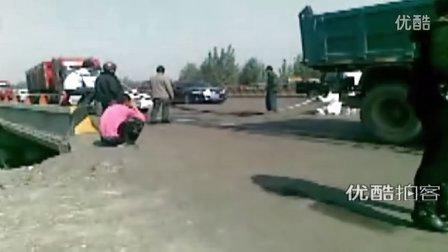 【拍客】肇事司机逃逸,家属无奈横堵马路收费