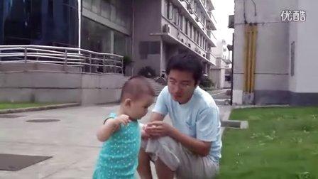 【13个月大】7-15哈哈跟爸爸在大学里玩小草IMG_0270
