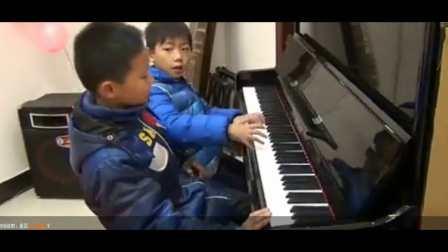 第四届香港国际钢琴公开赛获得金牌的小宝(右)和师兄四手联奏《荷塘月色》