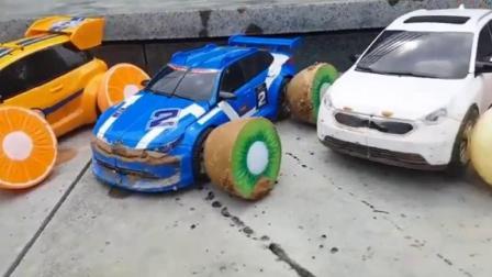 汽车玩具卡通:几辆小汽车用水果当轮胎过泥泞道路.avi