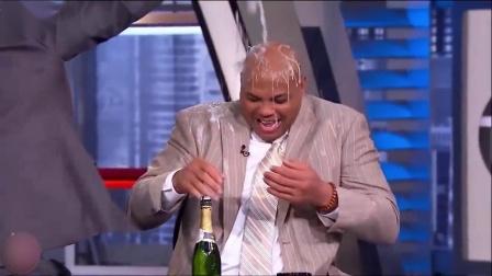 """看一次笑一次!飞猪巴克利数次在TNT演播室过""""泼水节"""""""