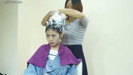 美麗小姐姐一身牛仔時尚服飾到理髮店乾洗長髮