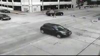 监控实拍:美国休斯顿警察局长开车撞飞行人