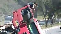 (塞雁汽车)-司机侥幸逃出-公路红卡可怕大翻倒-(超清)