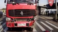 车讯>惊孩惨叫-恶魔红卡冲倒众车杀气腾腾砸撞路车-(超清)
