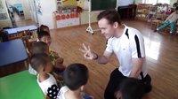 看看这个外国小伙是怎样教中国幼儿英语的