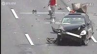 事故车辆捡东西遭再次碾压