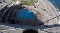 作死 男子从酒店楼顶跳入楼下游泳池