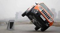 中国美女赛车手玩转Jeep自由侠赛道两轮行驶