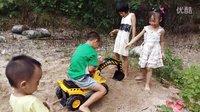 亲子益智玩具230 孩子们玩挖掘机挖泥沙寻宝挖土机工程车视频演示 亲子游戏 儿童玩具车 开箱神秘大奖 遥控挖掘机视频演示 玩具总动员 熊出没之熊大熊二玩转挖掘机