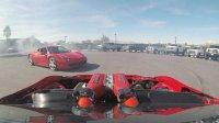 装着法拉利引擎的丰田 GT4586绕着一辆法拉利458做甜甜圈漂移