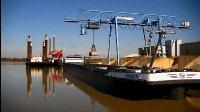 德国运河码头龙门吊卸船