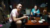 欢子TV:农村小伙外地回来,母亲做了一道酸汤鱼,满满的幸福