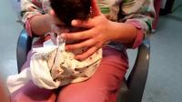 拒绝宝宝胀气吐奶! 产科护士讲解如何给新生儿拍嗝排气