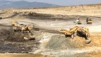 今年煤价格不错, 两台挖掘机一起挖煤矿, 这老板可是要赚疯了! 1