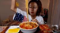 韩国女孩直播吃东西, 吃的真简单, 一碗面一盘泡菜够了