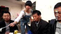 喜气洋洋: 云南昭通农村人家结婚, 亲戚朋友些提起大包小包来祝贺!