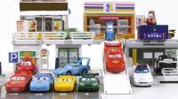 积木搭建的小玩具和赛车