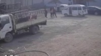 [拍客]村霸带十余人打上家门 警察居然袖手旁观