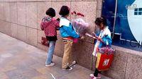 【拍客】寻找乞讨儿童:成都街头那成群的卖花女孩!