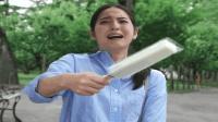 女孩帮小朋友买冰棍, 却被嘲笑长的丑, 女孩很崩溃!