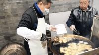 北京大叔推3轮卖灌肠, 一份6元闻名京城! 出摊2分钟就大排长队