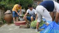 农村小哥购买100斤豆角, 只为换取水中的野味, 这场面火了