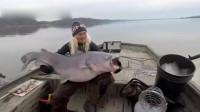 美国女子在湖中钓到40公斤重巨型鲶鱼 引起社交网络轰动