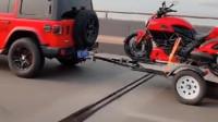 红色的牧马人越野车拉着板车上放着杜卡迪红色摩托车, 摩托车爱好者的完美选择