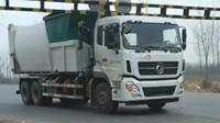 重型垃圾运输车卡在了限高竿上,这个限高杆也太矮了影响垃圾运输