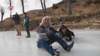 陕西绥德:摄影师趴在冰面上,只为拍摄滑旱冰的精彩瞬间!