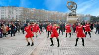 广场舞《别睡了起来嗨》,辣妈热情动感的舞步,引路人围观