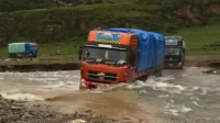 重卡车队快行沙慢行水通过涉水河流,青藏高原上纵横的河流艰难的道路