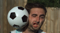 作死老外用1000倍慢镜头拍下足球砸脸,网友: 又收集到好多表情包!