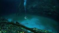 男子潜水发现神奇的现象,河里还流淌着一条河